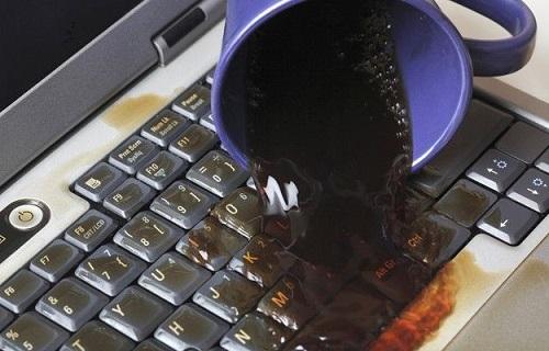 Залитый-ноутбук с чашкой пролитой.jpg